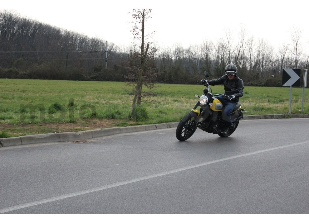Ducati Scrambler: long test ride, prestazioni caratteristiche e prezzi - Foto 12 di 73