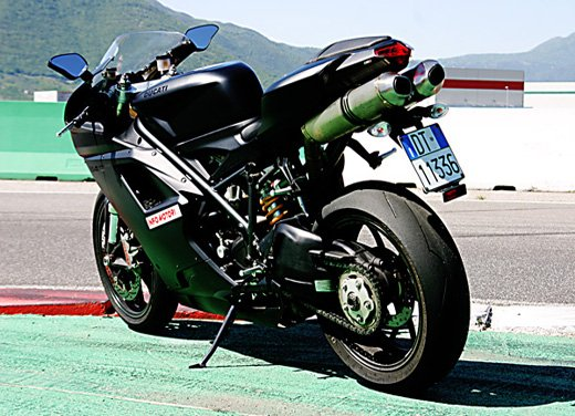 Prova approfondita della Ducati 848 Evo, che ha tanto motore, ottimi freni ed un unico habitat: la pista! - Foto 14 di 26