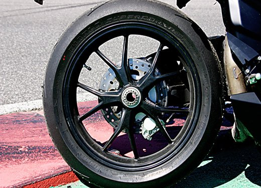 Prova approfondita della Ducati 848 Evo, che ha tanto motore, ottimi freni ed un unico habitat: la pista! - Foto 24 di 26