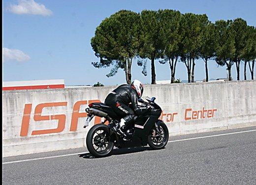 Prova approfondita della Ducati 848 Evo, che ha tanto motore, ottimi freni ed un unico habitat: la pista! - Foto 3 di 26