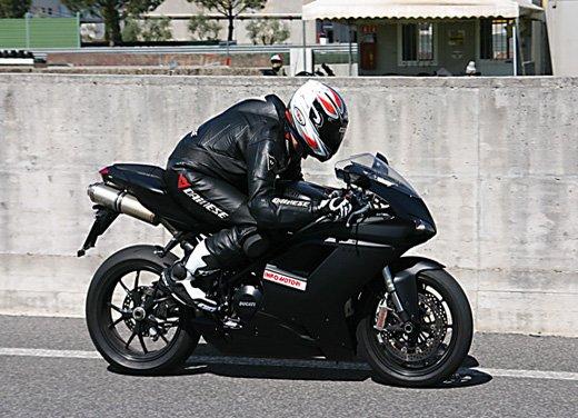 Prova approfondita della Ducati 848 Evo, che ha tanto motore, ottimi freni ed un unico habitat: la pista! - Foto 7 di 26