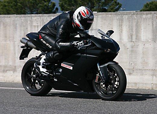 Prova approfondita della Ducati 848 Evo, che ha tanto motore, ottimi freni ed un unico habitat: la pista! - Foto 10 di 26