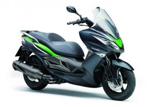 Kawasaki J300 al prezzo base  di 4.730 euro con 4 anni di garanzia e bauletto in omaggio