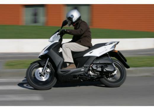 Kymco Agility R16, lo scooter low cost punta in alto - Foto 2 di 8