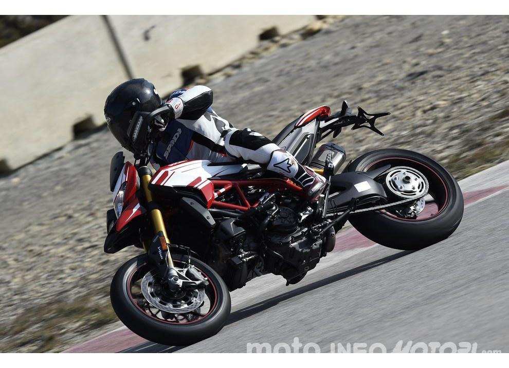 La prova in pista della Ducati Hypermotard 939 e 939 SP 2016 - Foto 3 di 28