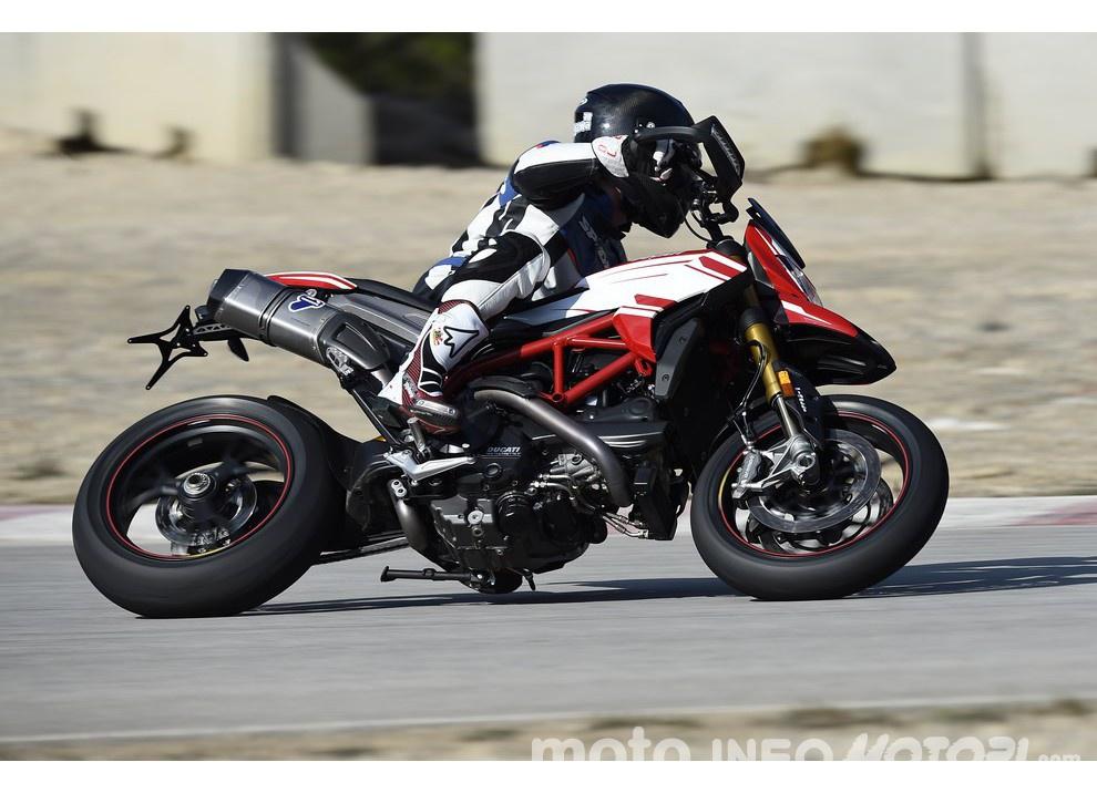 La prova in pista della Ducati Hypermotard 939 e 939 SP 2016 - Foto 9 di 28