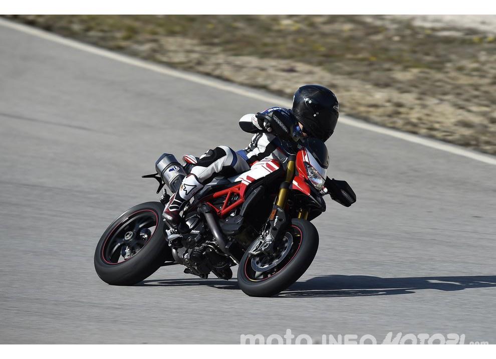 La prova in pista della Ducati Hypermotard 939 e 939 SP 2016 - Foto 10 di 28