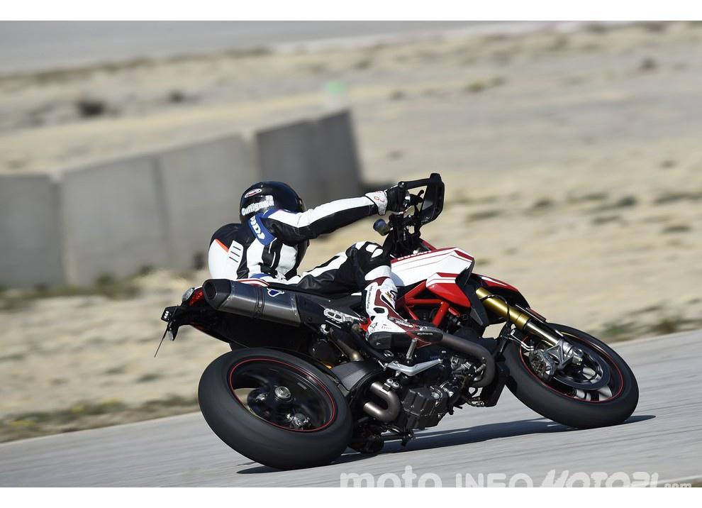La prova in pista della Ducati Hypermotard 939 e 939 SP 2016 - Foto 12 di 28