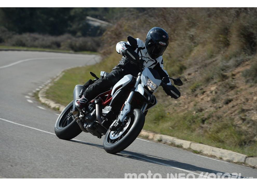 La prova in pista della Ducati Hypermotard 939 e 939 SP 2016 - Foto 15 di 28