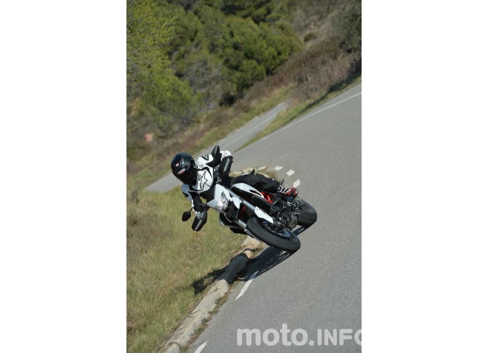 La prova in pista della Ducati Hypermotard 939 e 939 SP 2016 - Foto 16 di 28