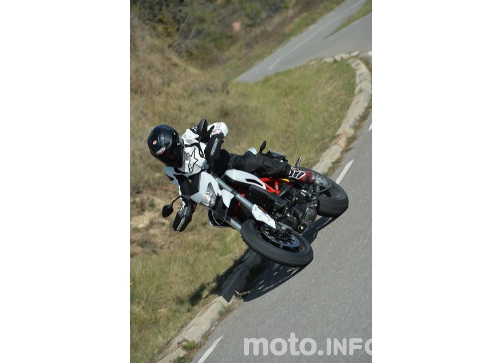 La prova in pista della Ducati Hypermotard 939 e 939 SP 2016 - Foto 17 di 28