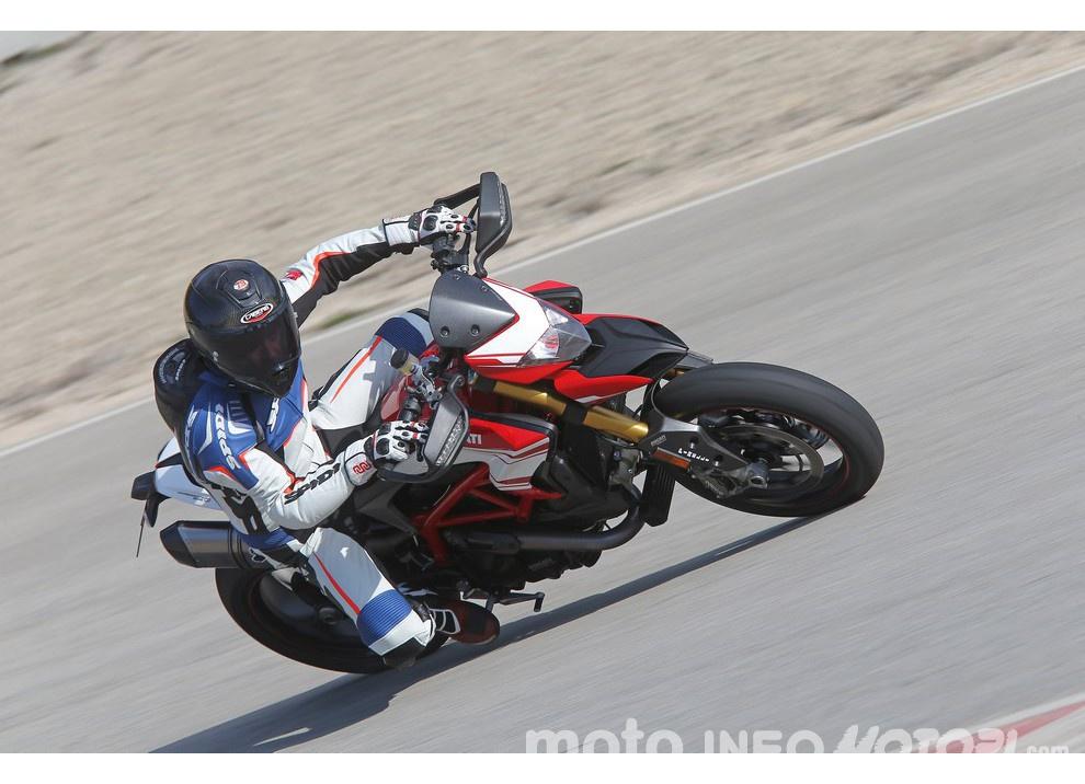 La prova in pista della Ducati Hypermotard 939 e 939 SP 2016 - Foto 19 di 28