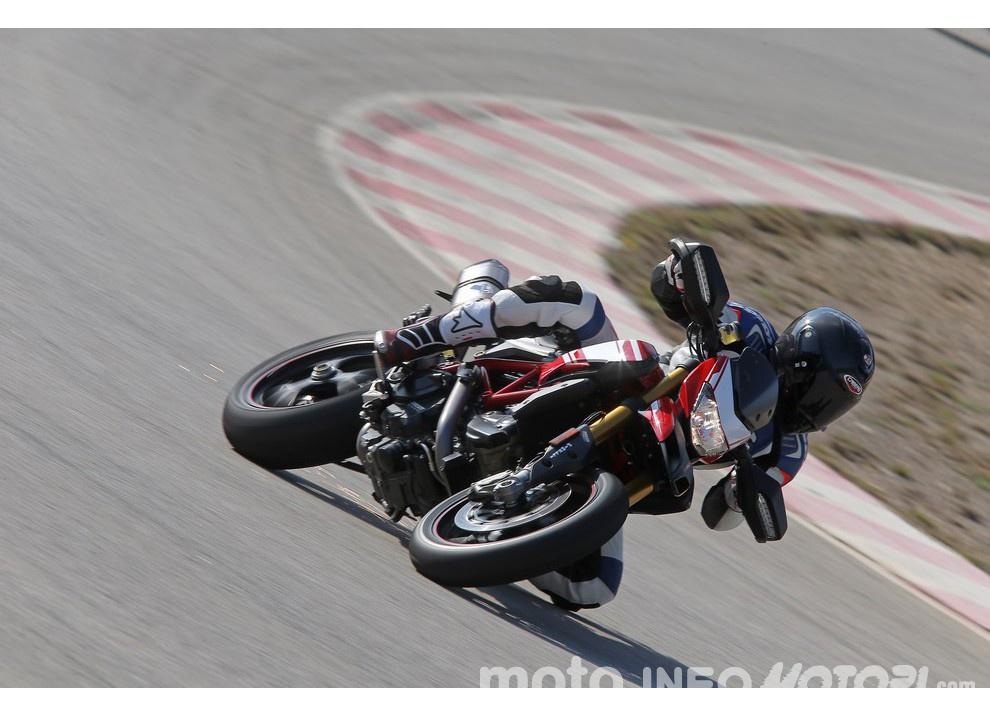 La prova in pista della Ducati Hypermotard 939 e 939 SP 2016 - Foto 23 di 28