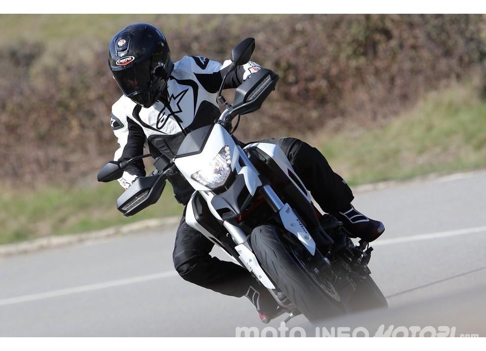 La prova in pista della Ducati Hypermotard 939 e 939 SP 2016 - Foto 25 di 28