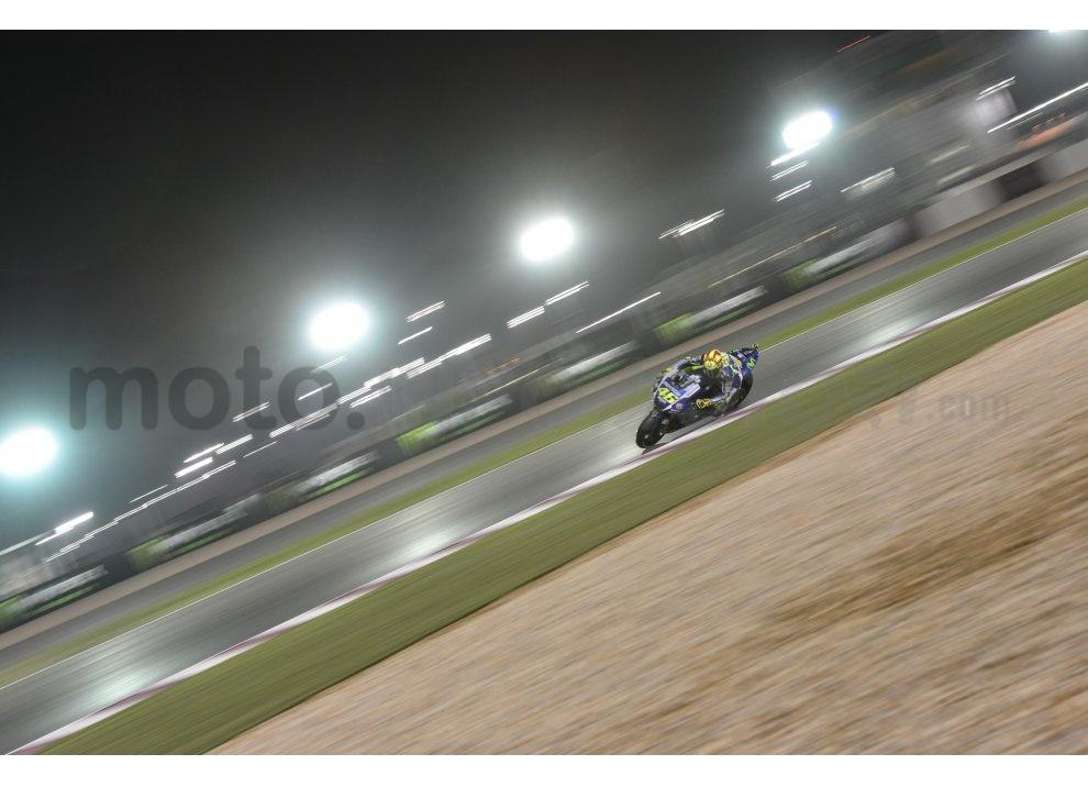 MotoGP 2015: Valentino Rossi conquista la vittoria in Qatar in una gara al limite - Foto 9 di 31