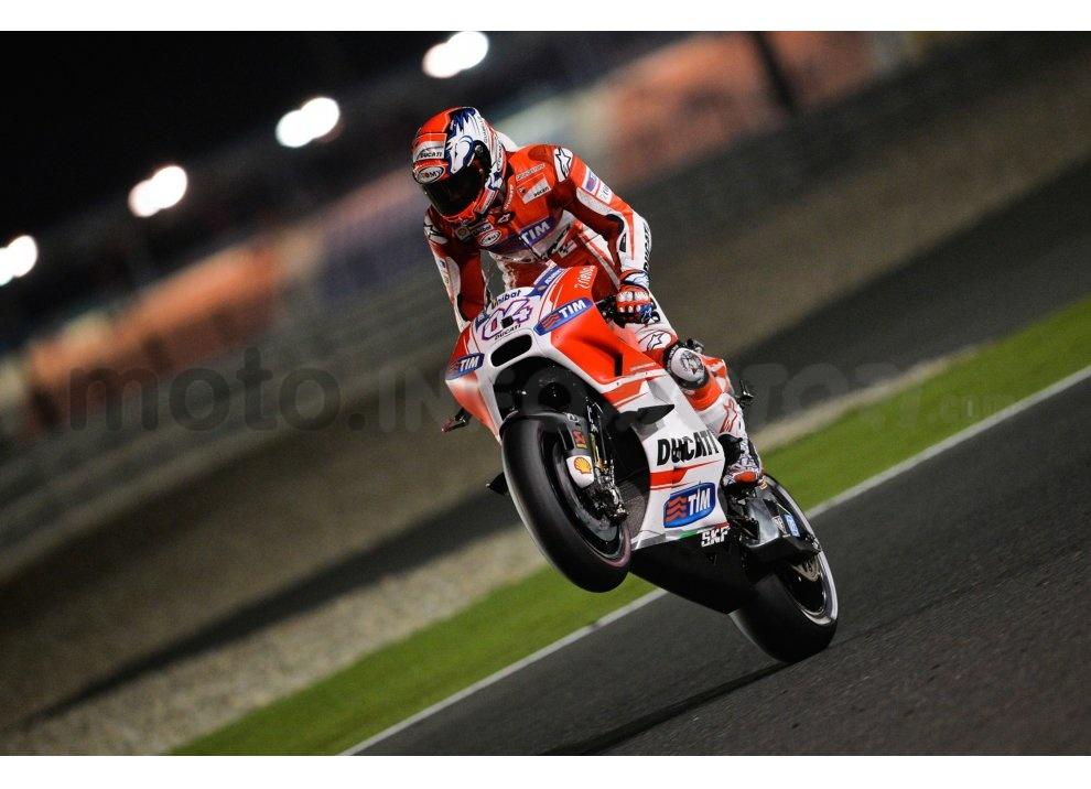 MotoGP 2015: Valentino Rossi conquista la vittoria in Qatar in una gara al limite - Foto 14 di 31