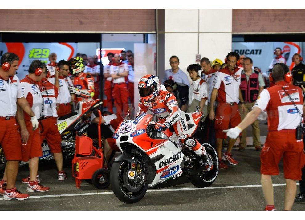 MotoGP 2015: Valentino Rossi conquista la vittoria in Qatar in una gara al limite - Foto 23 di 31
