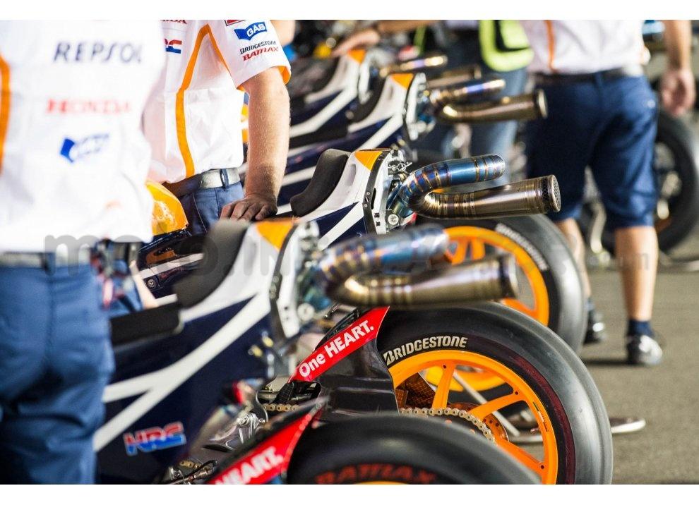 MotoGP 2015: Valentino Rossi conquista la vittoria in Qatar in una gara al limite - Foto 25 di 31