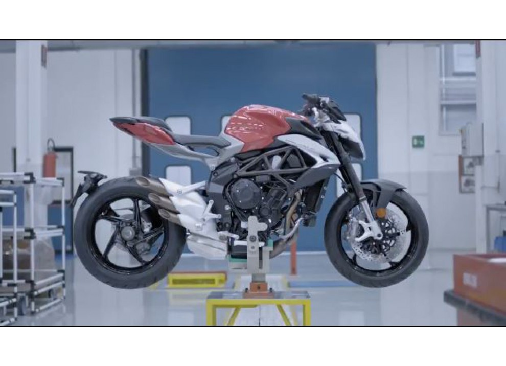 MV Agusta Brutale 800 2016: Italians Do It Better - Foto 1 di 11