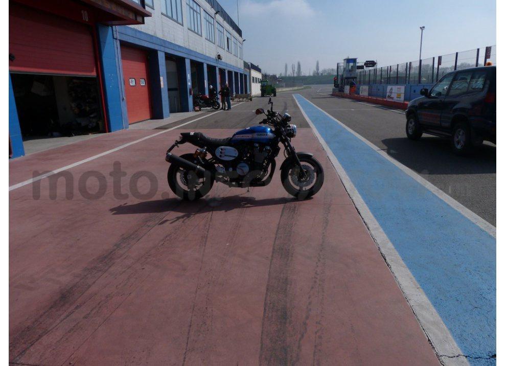 Prova Yamaha XJR 1300: tanta coppia su strada e pista - Foto 2 di 25