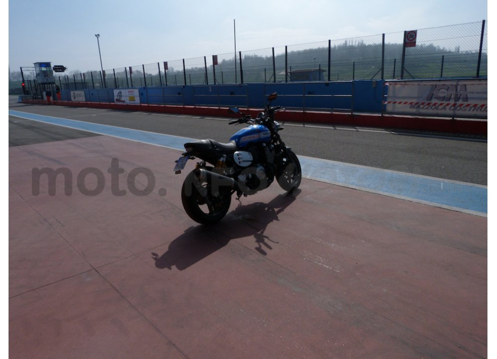 Prova Yamaha XJR 1300: tanta coppia su strada e pista - Foto 4 di 25