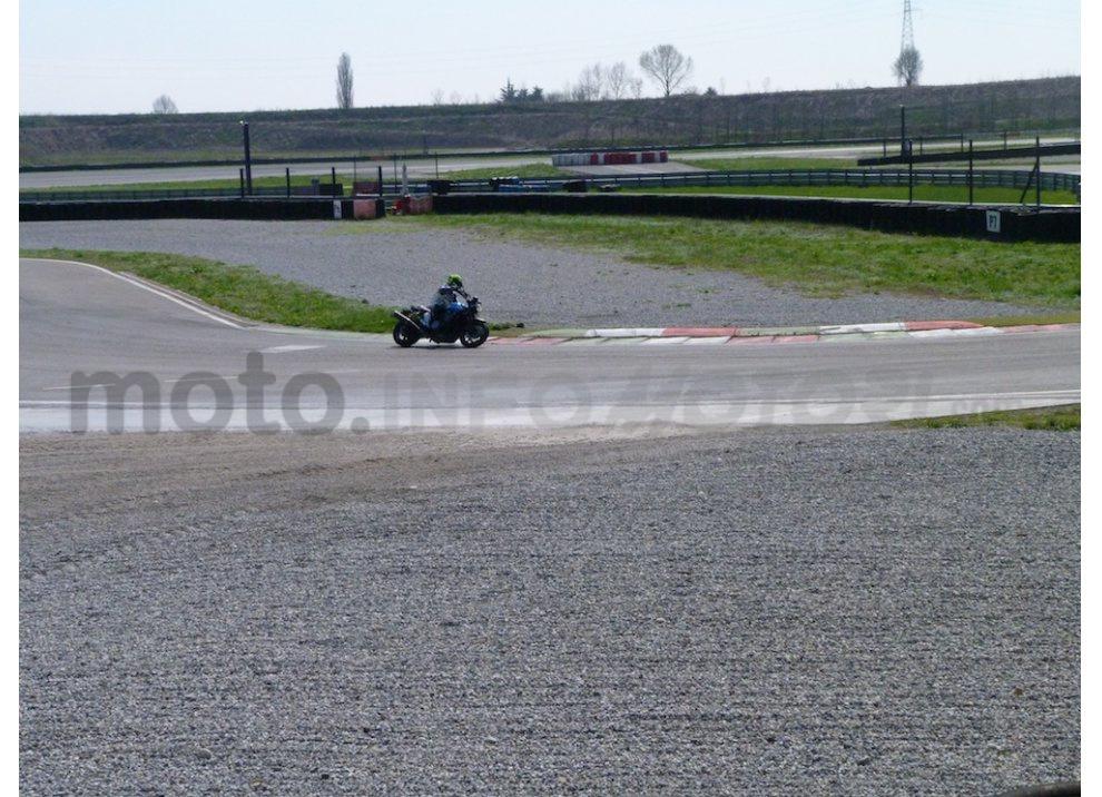 Prova Yamaha XJR 1300: tanta coppia su strada e pista - Foto 15 di 25