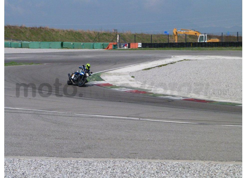 Prova Yamaha XJR 1300: tanta coppia su strada e pista - Foto 18 di 25