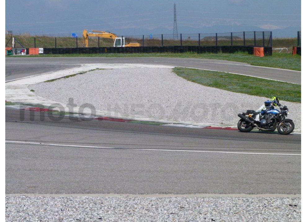 Prova Yamaha XJR 1300: tanta coppia su strada e pista - Foto 19 di 25