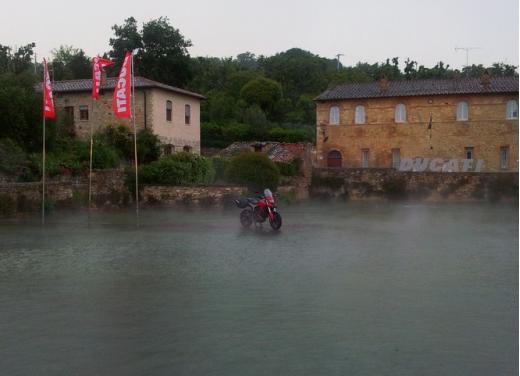 Provata la nuova Ducati Hyperstrada: divertirsi molto, viaggiare con moderazione - Foto 18 di 27