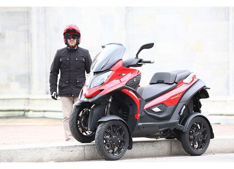 Quadro 4: scooter a quattro ruote o cabrio per piegare col manubrio?