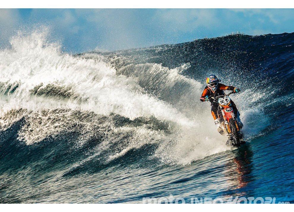 Robbie Maddison fa Surf con una KTM 450 a Thaiti, il video