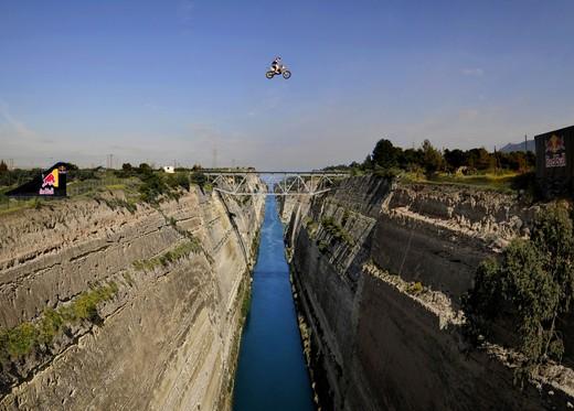 Madison salta in moto il canale di Corinto
