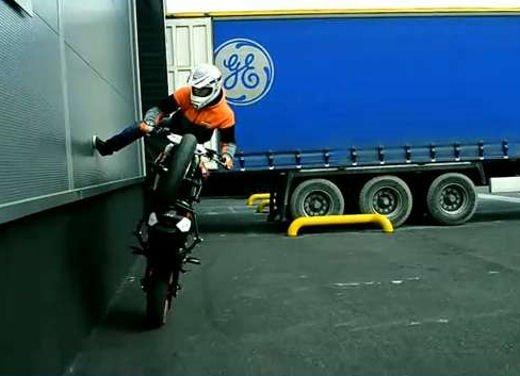 KTM Duke 125 e le evoluzioni dello stunt  Rok Bagoros - Foto 6 di 15
