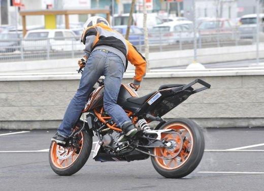 KTM 125 Duke: Rok Bagoros video stunt con la nuda per neopatentati