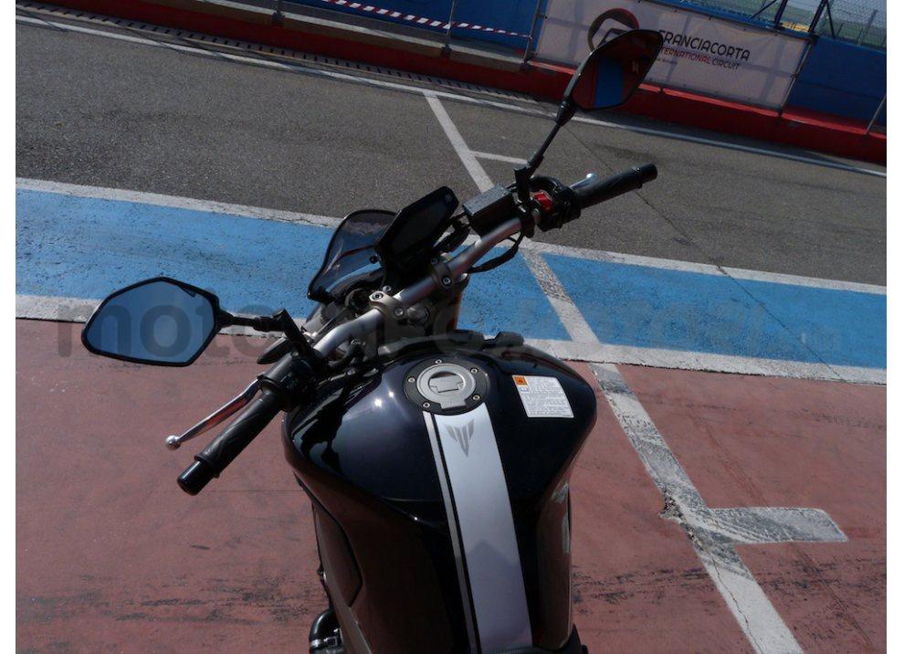 Yamaha MT-09: Test Ride in pista e su strada, la recensione - Foto 12 di 32