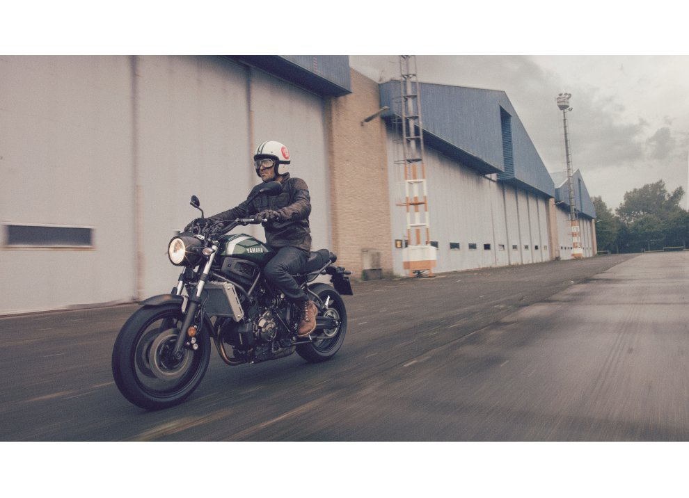 Yamaha XSR700 2016, I tre diapason sfidano Ducati - Foto 33 di 36