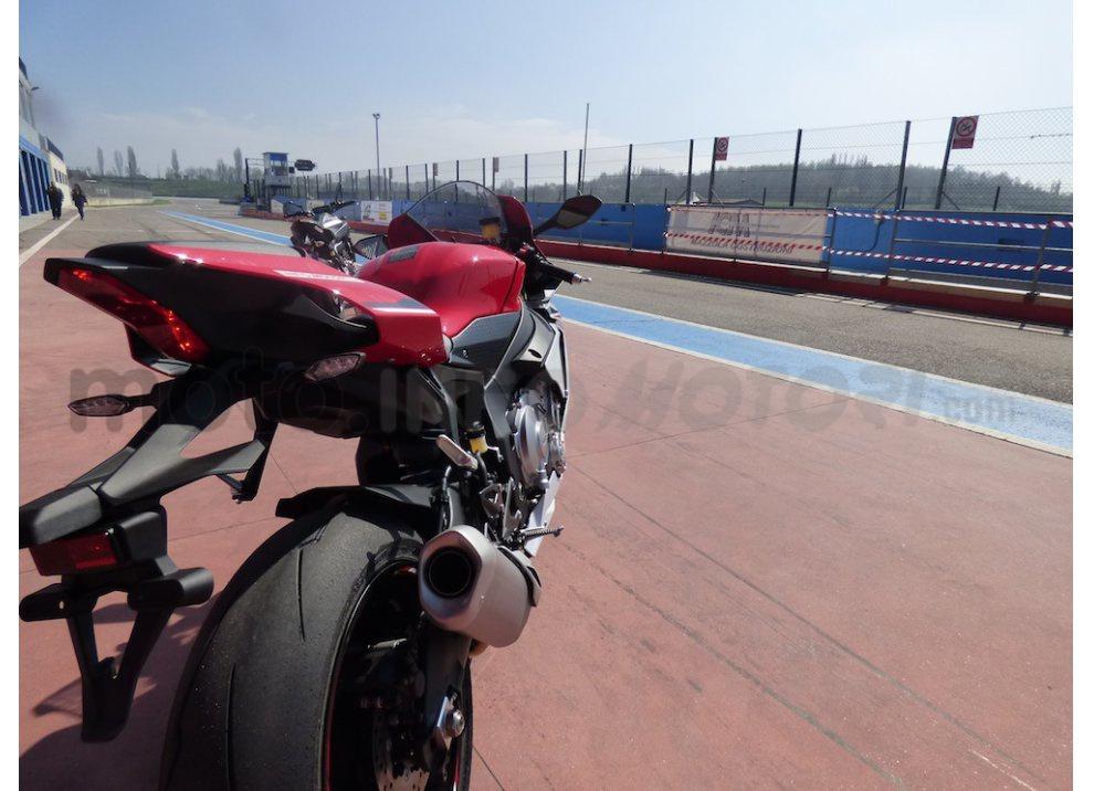 Yamaha YZF R1 2015: Test Ride in pista con Luca Pedersoli - Foto 49 di 51