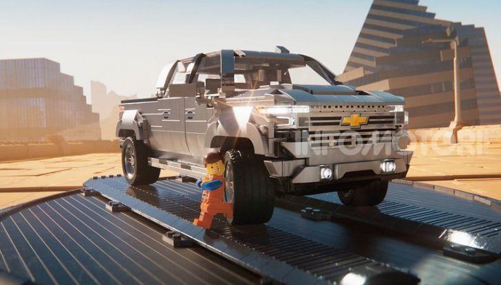 Chevrolet Silverado 2019, la pubblicità LEGO con Emmet e Lucy - Foto 1 di 4