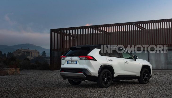 Prova Toyota RAV4 Hybrid 2019: il SUV ecologico per andare ovunque - Foto 12 di 64