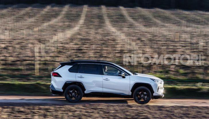 Prova Toyota RAV4 Hybrid 2019: il SUV ecologico per andare ovunque - Foto 23 di 64