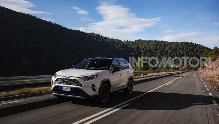 Prova Toyota RAV4 Hybrid 2019: il SUV ecologico per andare ovunque - Foto 32 di 64