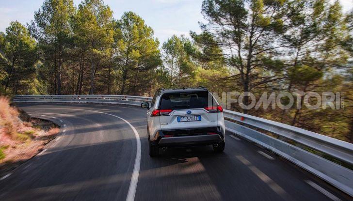 Prova Toyota RAV4 Hybrid 2019: il SUV ecologico per andare ovunque - Foto 38 di 64