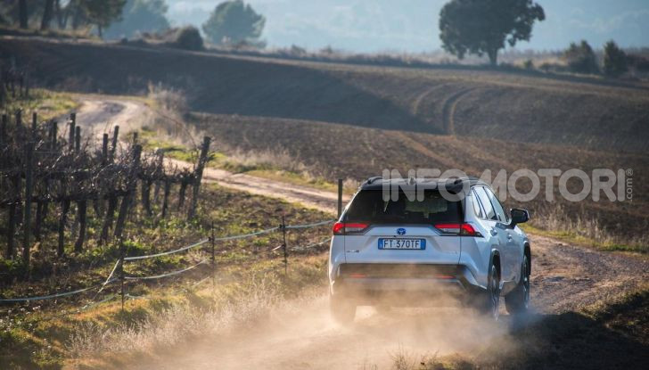 Prova Toyota RAV4 Hybrid 2019: il SUV ecologico per andare ovunque - Foto 2 di 64
