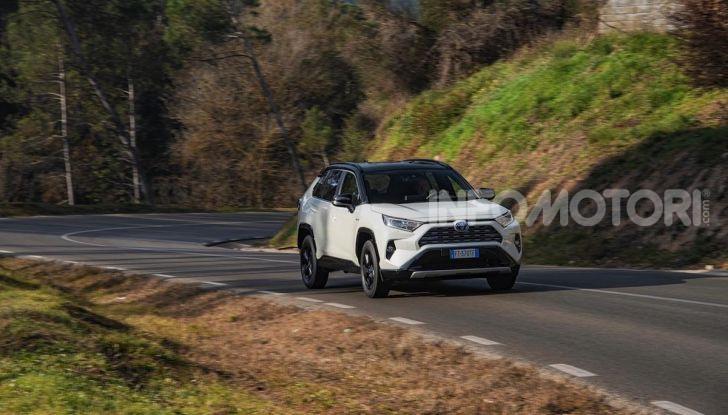 Prova Toyota RAV4 2019 Full Hybrid: sfida al limite tra i passi di montagna - Foto 17 di 26