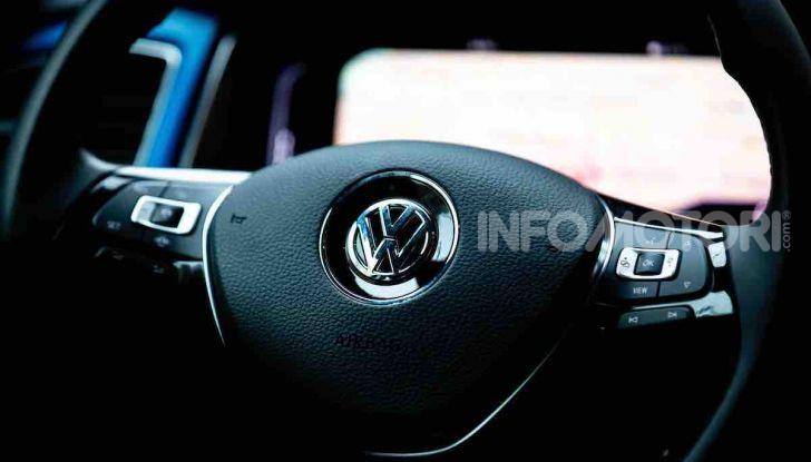 Volkswagen T-Roc 1.6 da 115CV: prova in notturna a Milano - Foto 19 di 45