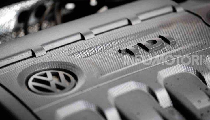 Volkswagen T-Roc 1.6 da 115CV: prova in notturna a Milano - Foto 31 di 45