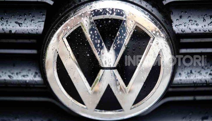 Volkswagen T-Roc 1.6 da 115CV: prova in notturna a Milano - Foto 32 di 45