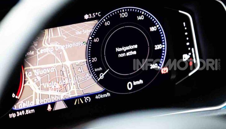 Volkswagen T-Roc 1.6 da 115CV: prova in notturna a Milano - Foto 39 di 45
