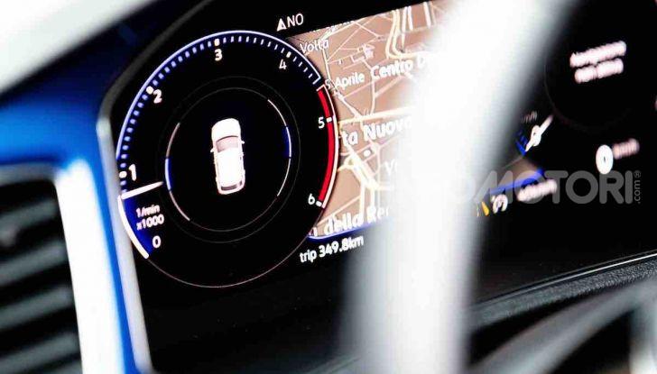Volkswagen T-Roc 1.6 da 115CV: prova in notturna a Milano - Foto 41 di 45