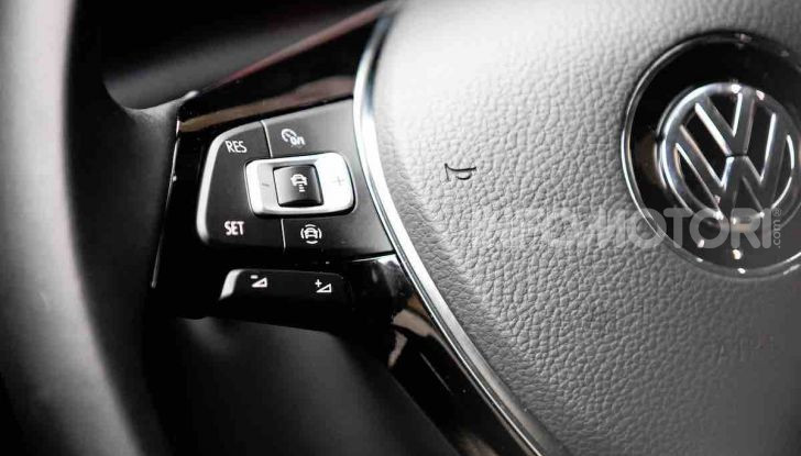 Volkswagen T-Roc 1.6 da 115CV: prova in notturna a Milano - Foto 42 di 45